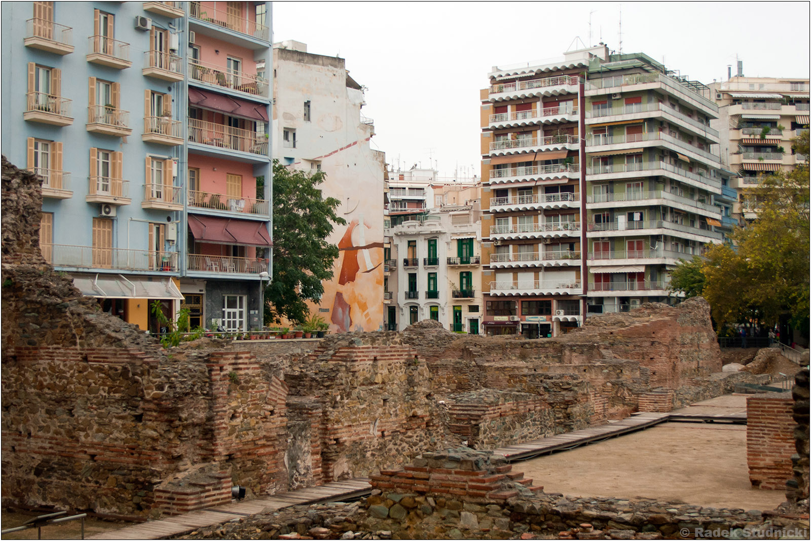 Saloniki: Pałac Galeriusza pośród bloków