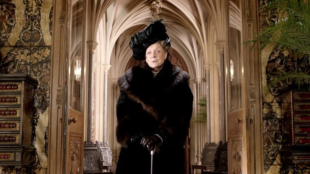 DowntonAbbeyS02E01_Violet_blackfeathersfur