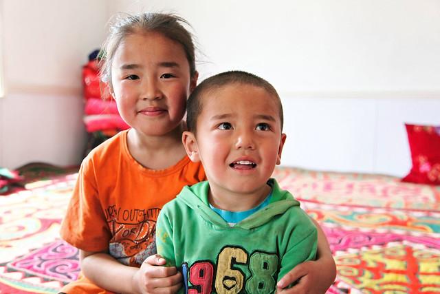 Smiling kids in a Kazakh local house, Barkol バルクル、カザフ民家にて微笑む姉弟