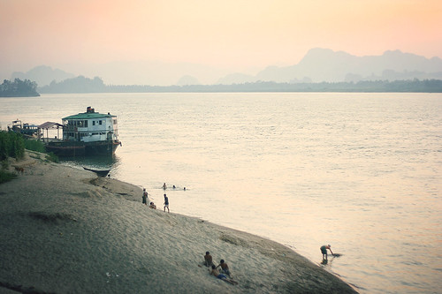travel sunset people mountains beach water river evening boat sand asia southeastasia quiet dusk burma peaceful atmosphere myanmar riverbank waterscape kayinstate salweenriver hpaan fredcan