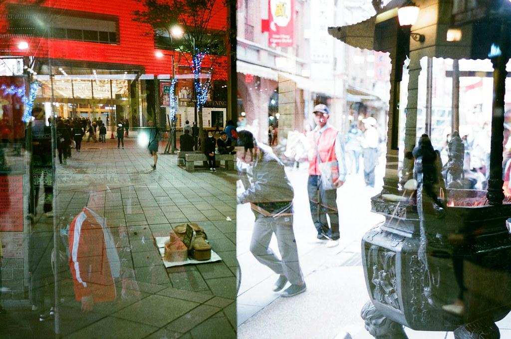 Double Exposure, Taipei, Taiwan / AGFA VISTAPlus / Lomo LC-A+ 這張更有意思,那時候拍曝光兩次沒有對齊格線,剛好有人走過去,拍出一個好像在推格的畫面。  把黑夜推走嗎?  Lomo LC-A+ AGFA VISTAPlus ISO400 5659-0022 2015-12-04~2015-12-05 / 2015-12-20 Photo by Toomore