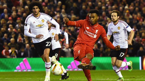 Sturridge chuta colocado em direção ao gol do United