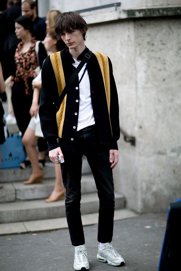 黒スタンドカラーブルゾン×白Tシャツ×黒パンツ×Nikeエアマックス95白