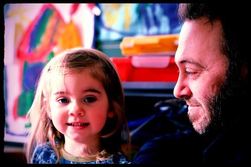 met haar vader in de klas.
