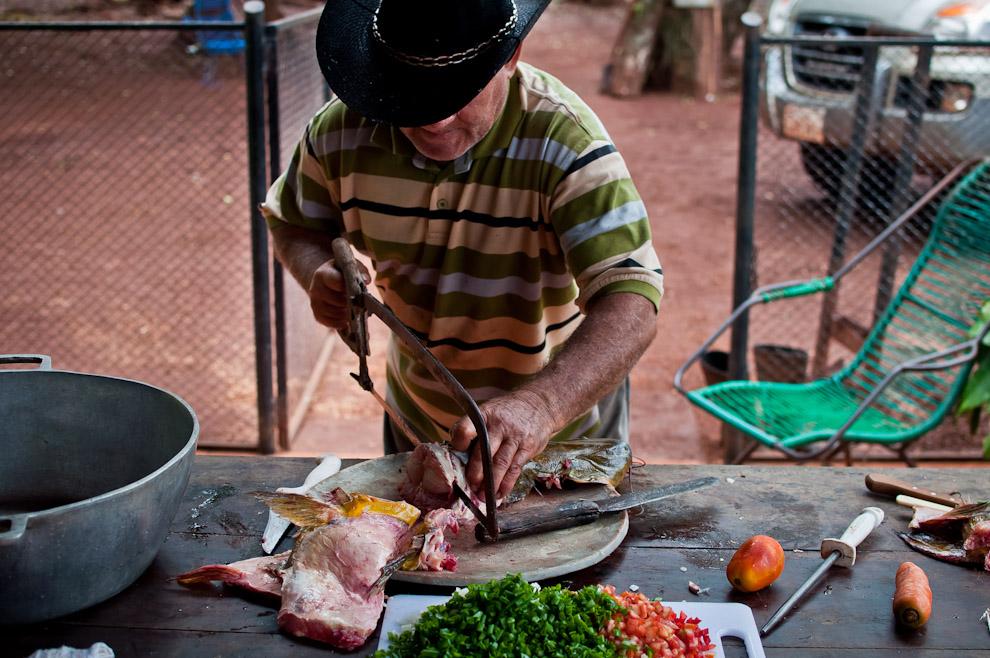En las afueras de Itá Verá, Don Agustín nos recibió en su casa para almorzar un delicioso chupin de armado, seguimos de cerca el proceso de elaboración de dicha comida y la disfrutamos con mucha satisfacción. (Elton Núñez).