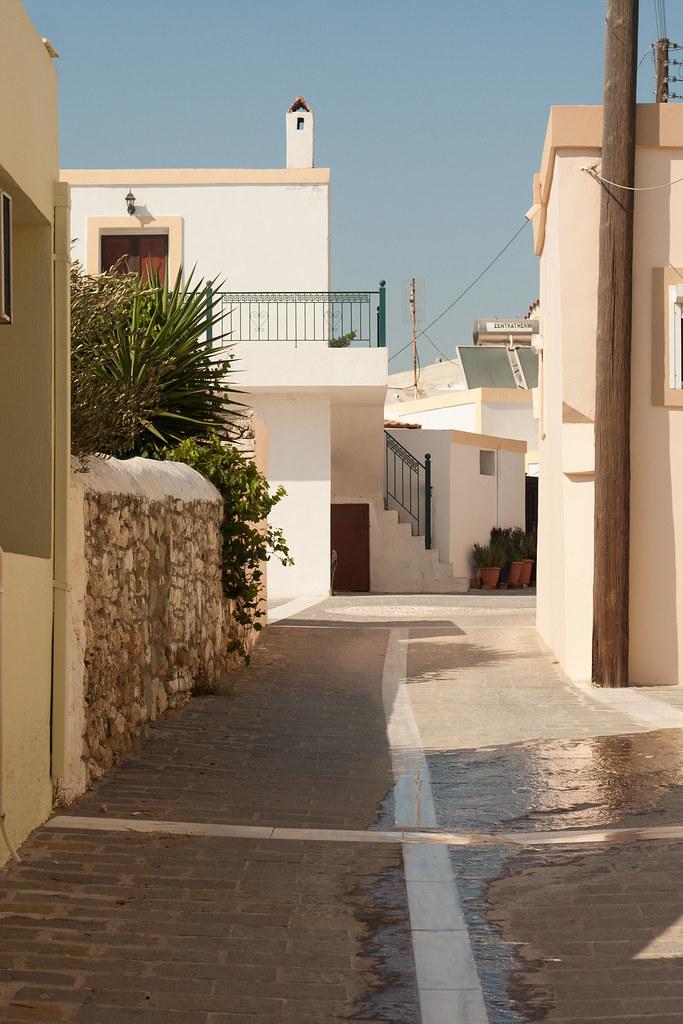 Узенькая улочка в маленькой деревеньке на юге острова