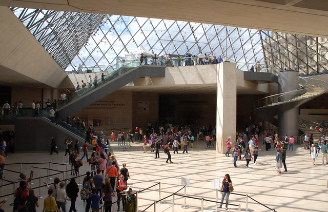 foule sous la pyramide du louvre mus e du louvre paris f flickr photo sharing. Black Bedroom Furniture Sets. Home Design Ideas