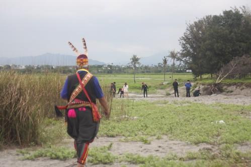 拉罕(祭長)林文祥走向濕地被挖開的缺口,不疾不徐的步伐透露出對土地的熟悉。攝影:陳盈儒