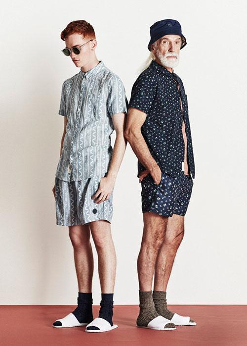 ショーツ×シャツのセットアップ 足元はサンダルに靴下