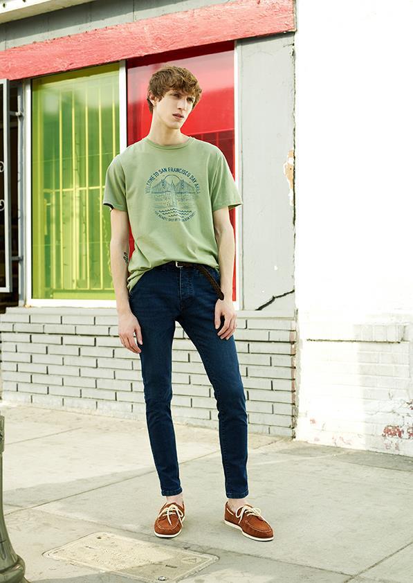 Tシャツ×デニムパンツ×デッキシューズ
