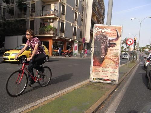 Publicidad atada al mobiliario urbano en mediana avenida Medina Azahara.