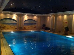 jacuzzi(0.0), estate(0.0), swimming pool(1.0), thermae(1.0),