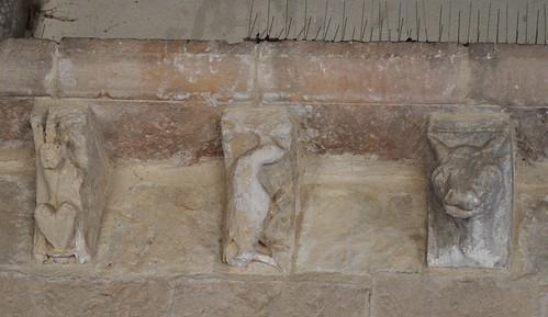 San Pedro de Gaíllos (Segovia). Iglesia de San Pedro. Portada. Canecillos del Tejaroz