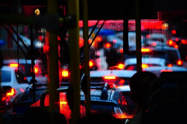 no trânsito, na chuva, no busão,