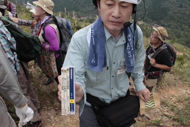 和田先生おすすめの本.万葉集に出てくる草花という視点で観察してもおもしろいよ,と教えていただいた.