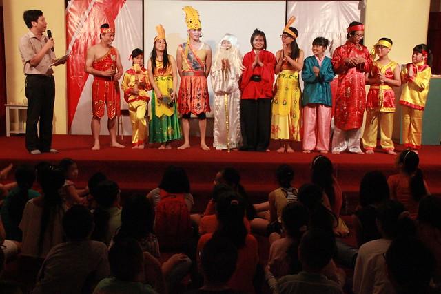 Tập thể diễn viên cho vở kịch bao gồm các thành viên hội đồng khoa học, giáo viên, học sinh Alpha School