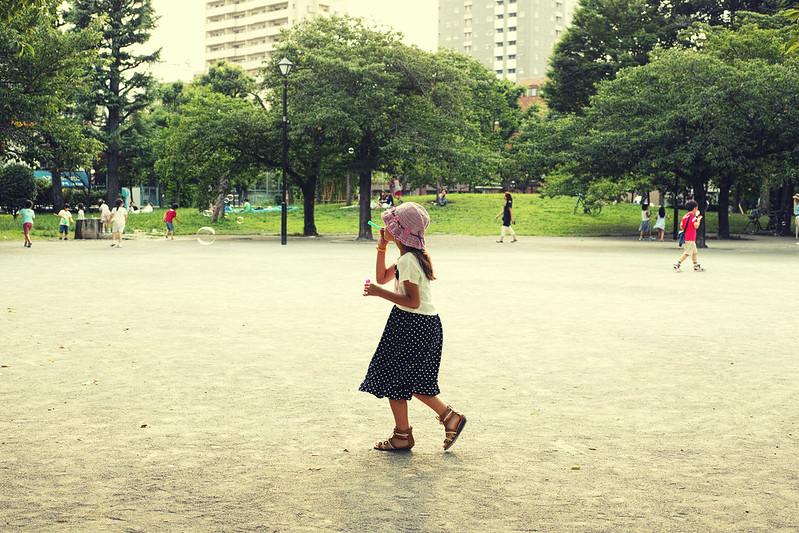 A Girl blowing soap bubbles / シャボン玉を吹く少女