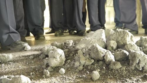 原計畫送給六輕的污泥塊,在與警方推擠後,憤而灑在地面
