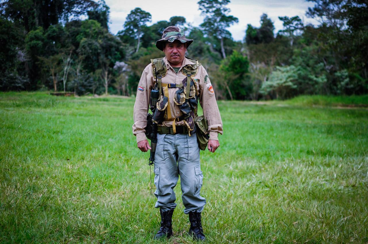 """Un guardabosques de la Reserva Natural """"Mbaracayú"""" de la Fundación Moisés Bertoni, posa para la foto mientras estaba preparándose para salir al bosque a realizar patrullaje. Entre sus responsabilidades está el trabajo de cubrir la reserva, junto con sus compañeros, una extensión de 64.405 hectáreas, con ciclos de vigilancia que llevan entre 15 a 20 días completar, también establecen campamentos para observación de las especies durante semanas, además ofrecen protección de áreas que limitan la reserva para repeler cazadores, traficantes de rollos, cultivadores de marihuana, delincuentes, etc. (Elton Núñez)"""