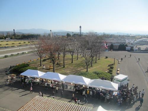 金沢競馬場の広場をスタンドから見下ろす