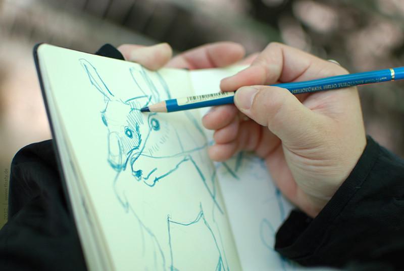 Meine Hand zeichnet in meinem Skizzenbuch :-)