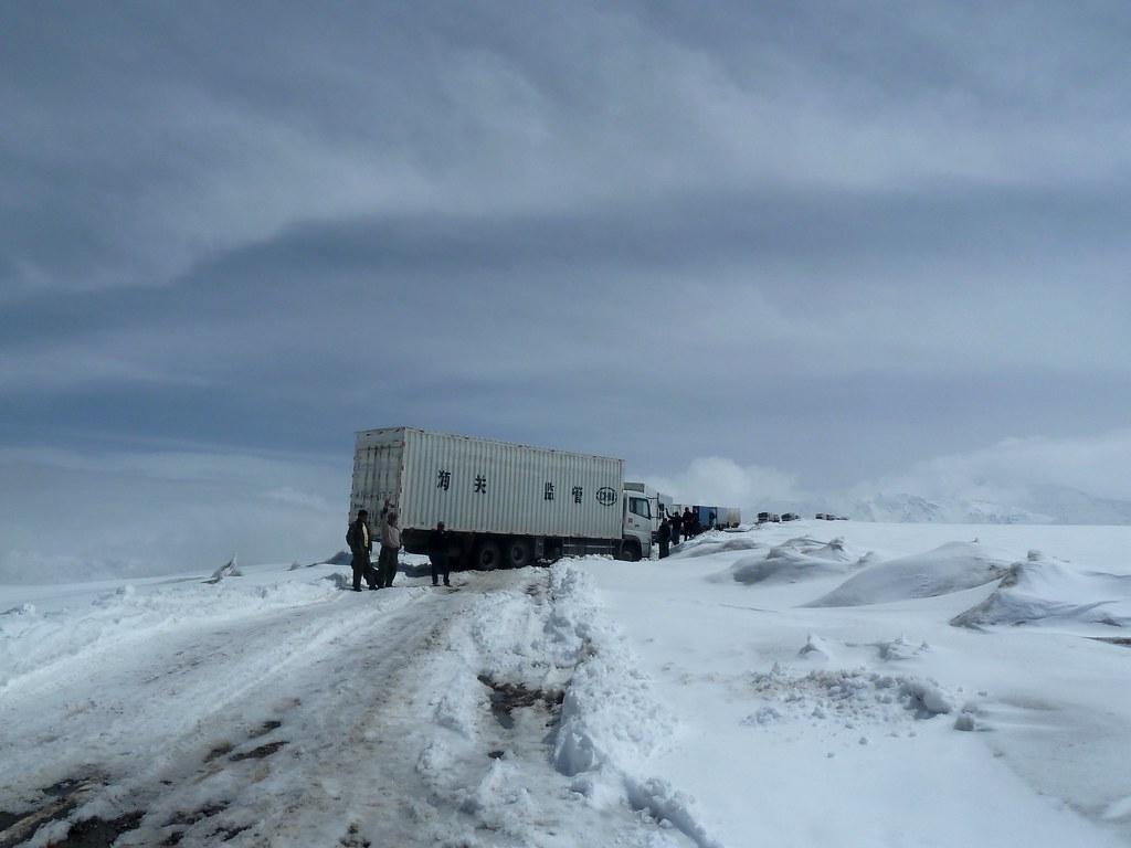 Camió xinès amb problemes al Coll de Pereval Tomurun (Kyrgyzstan)