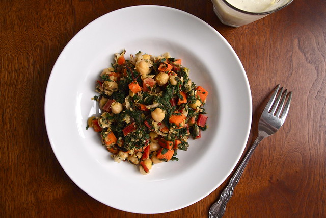 Chickpea sauté with yogurt