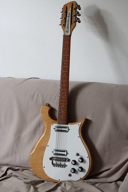 Photo:14. Rickenbacker c. 1966 450-12 Mapleglo (12 cordas) By ligia g. diniz
