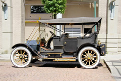 carriage(0.0), automobile(1.0), wheel(1.0), vehicle(1.0), automotive design(1.0), touring car(1.0), antique car(1.0), classic car(1.0), vintage car(1.0), land vehicle(1.0), luxury vehicle(1.0), ford model t(1.0), motor vehicle(1.0),