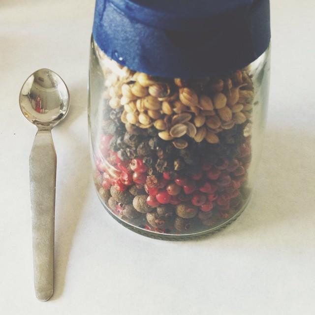 Mistura de pimentas e coentros