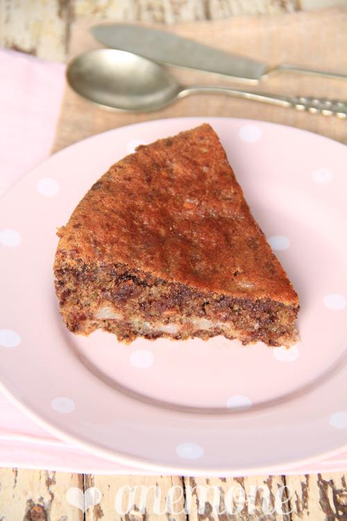 Torta al cioccolato fondente con pere e pistacchi