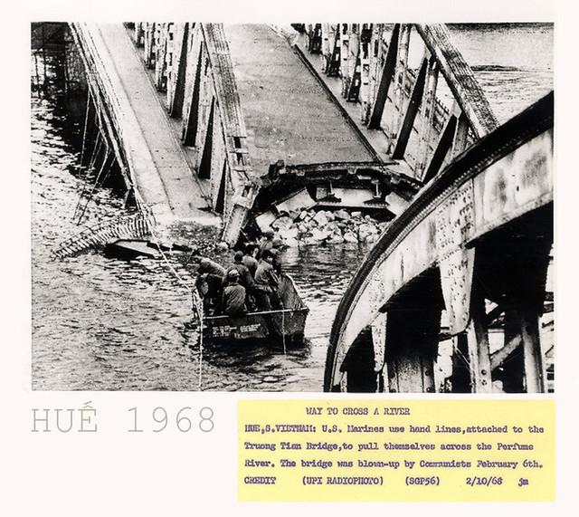 VIETNAM WAR PHOTO - WAY TO CROSS A RIVER HUE