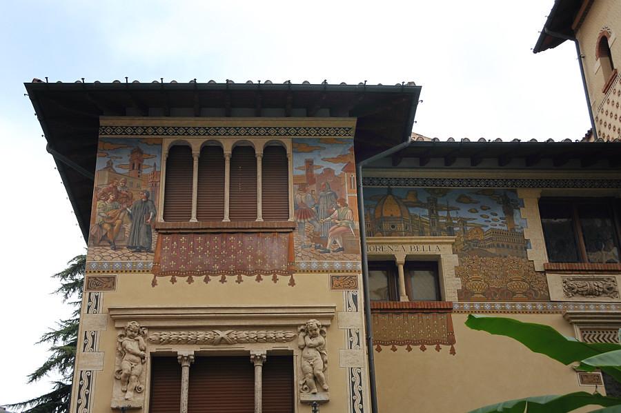 Roma - Quartiere Coppedè - Villini delle Fate - Affreschi con tema Firenze