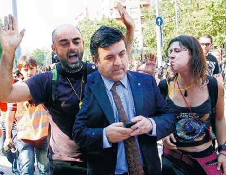 14e02 Acoso a las puertas del Parlamento catalán Uti 465