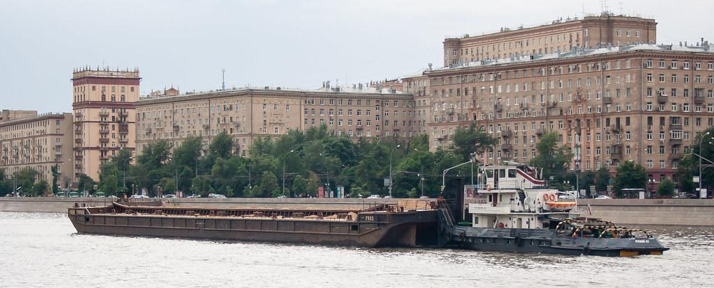 Москва. Парк Культуры. По реке оказываются и грузы возят на больших баржах