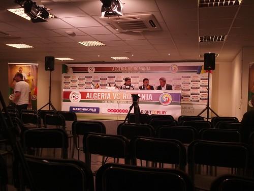 Conférence de presse du sélectionneur roumain. #AlgRou