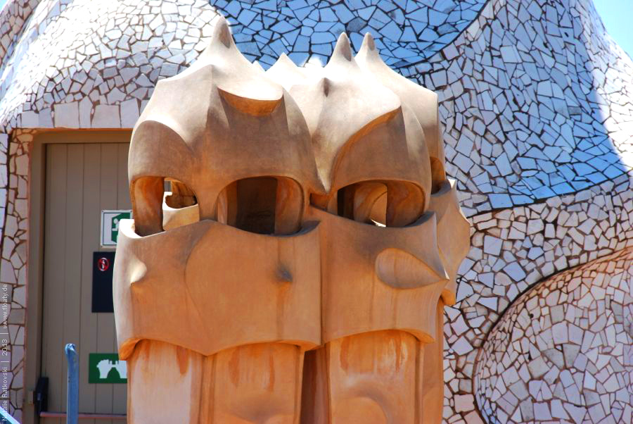 antoni gaudi casa mila essay Casa batlló a 1904 remodel of an existing structure in barcelona, casa battló is informally called casa dels ossos (house of bones) because of the skeletal quality of its exterior.