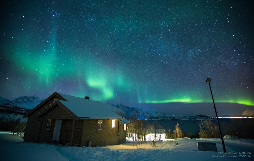 17. Aurora boreal sobre el fiordo de Lyngen. Autor, Even Mathisen