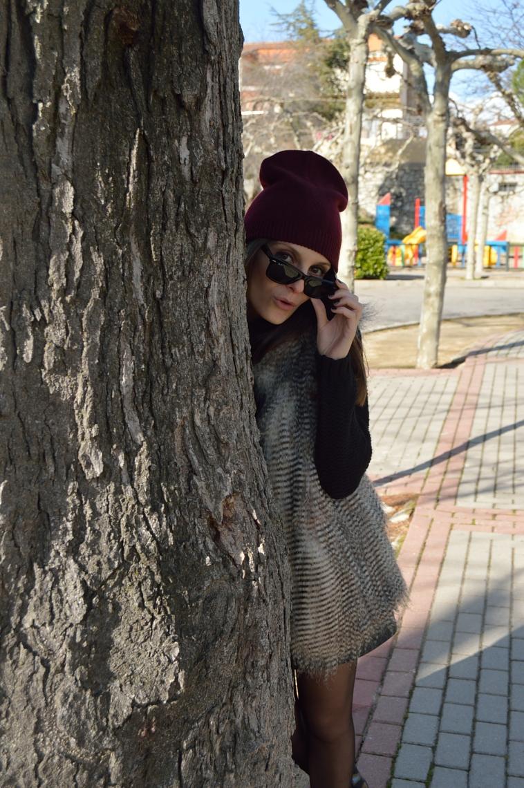 lara-vazquez-madlula-blog-burgundy-beanie-faux-fur-vest-black-look