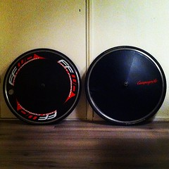 Links: originele @ffwdwheels à 1810gr incl. GP4000s. Rechts: custommade obv Easton Vista à 2290gr incl. GP4000s