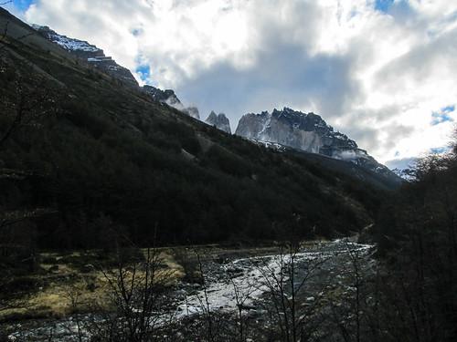 Torres del Paine: trek du W. Jour 1: de loin, nous apercevons à nouveau les Torres...pendant 5 minutes, avant que le brouillard ne les recouvre à nouveau ;)