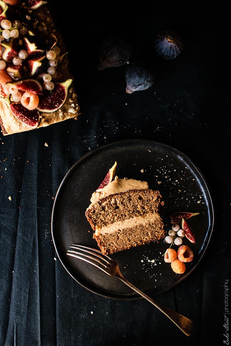 Bizcocho de avellanas con crema de caramelo e higos