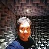 Inside anechoic chamber.  Im reflexionsarmer Raum.  Dalam ruang bebas gaung.  November 2016. Ia menoleh ke mana?
