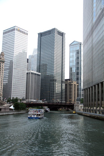 BoatCruise_Ob-boat-on-Chicago-river