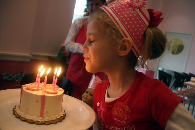 Cafe_Blowing-out-candles