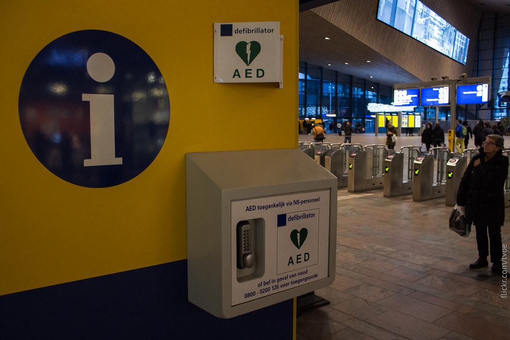 Дефибриллятор на вокзале Роттердама
