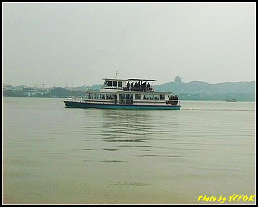 杭州 西湖 (其他景點) - 145 (從白堤上看西湖及吳山天風上的城隍閣)