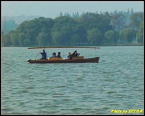 杭州 西湖 (其他景點) - 377 (西湖 湖上遊 往湖心亭 湖上的小艇 背景是蘇堤)