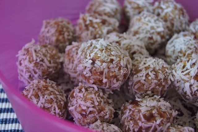 macadamia balls DSC08607