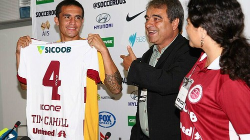 Tim Cahill receives Desportiva jersey 12